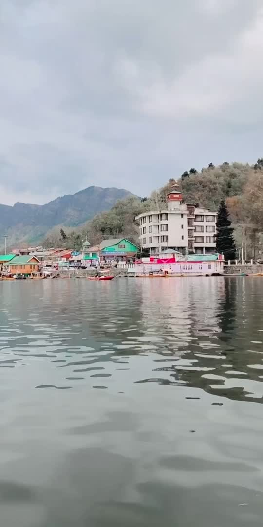 Dal lake! 🚣♂️🏔 #kashmir #dallake #dallake #vibes #goodvibes #peaceofmind #mustvisitplace #natureswonder #beautyofnature #lovelyweather #like4like #share #❤️🏔