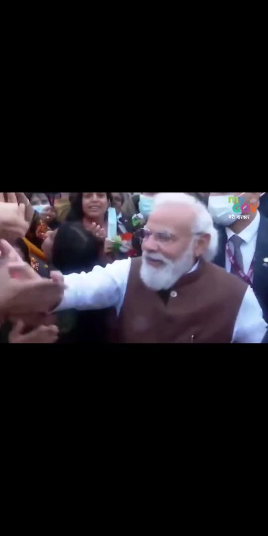 वाशिंगटन डीसी हवाई अड्डे पर पीएम #NarendraModi के आगमन पर प्रवासी भारतीयों ने उनका गर्मजोशी से स्वागत किया। #ModiInUSA